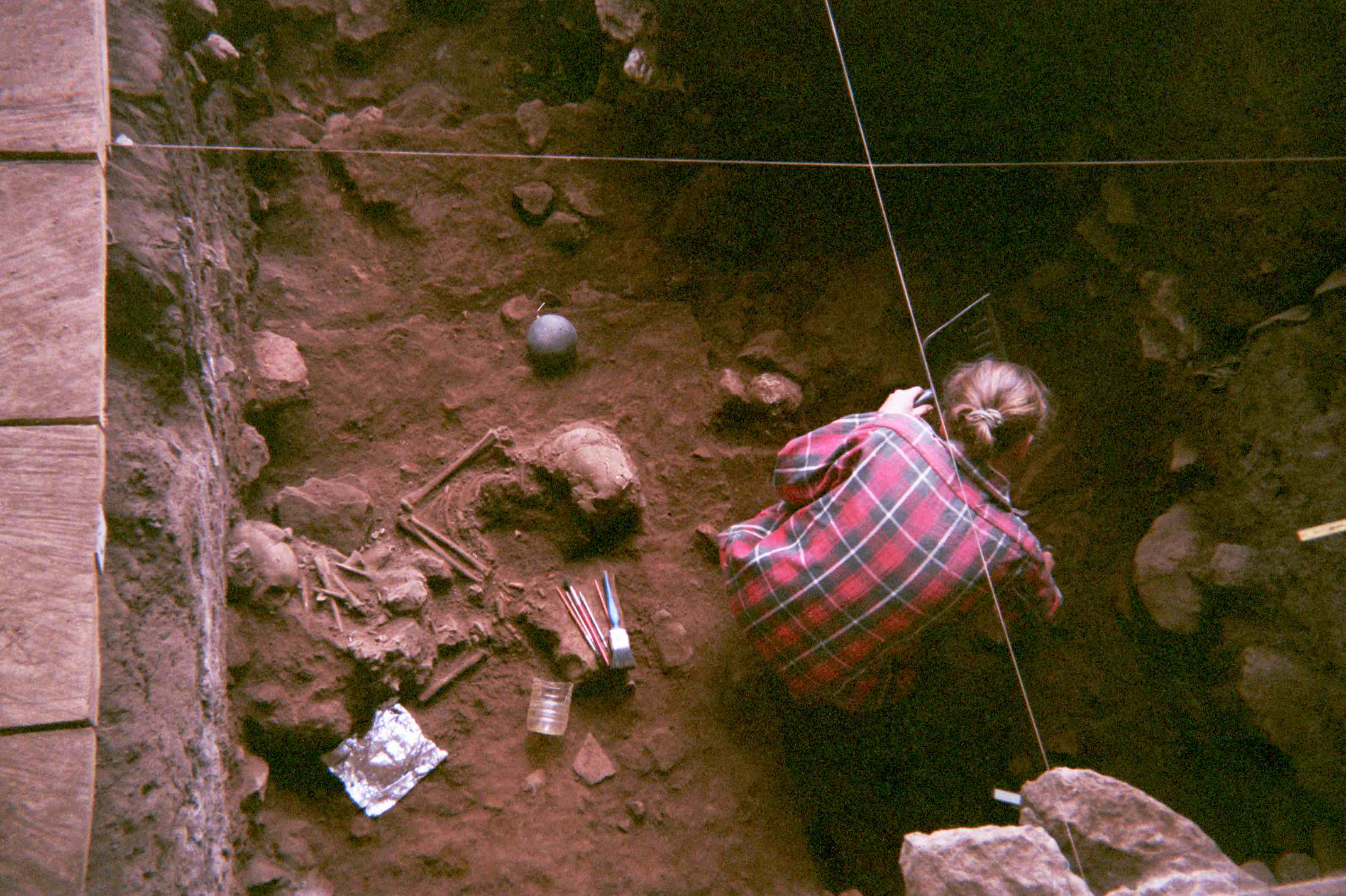 Excavation of a double burial at the Shum Laka rock shelter in Cameroon, which contains the remains of two children who lived circa 8,000 years ago and were genetically from the same family (foto de Isabelle Ribot, enero de 1994).